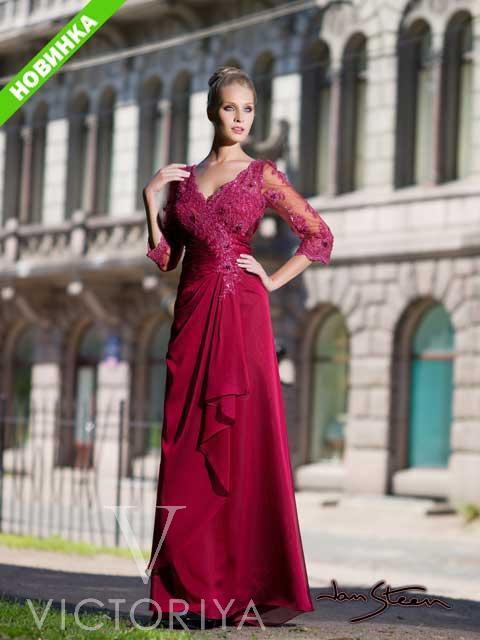 Женственное вечернее платье прямого кроя, с глубоким V-образным вырезом и отделкой кружевом.