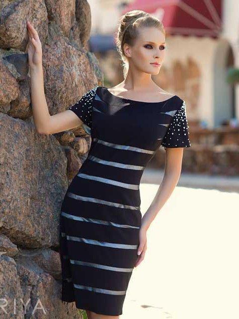 Стильное вечернее платье «футляр» черного цвета с коротким рукавом, дополненное контрастным декором.