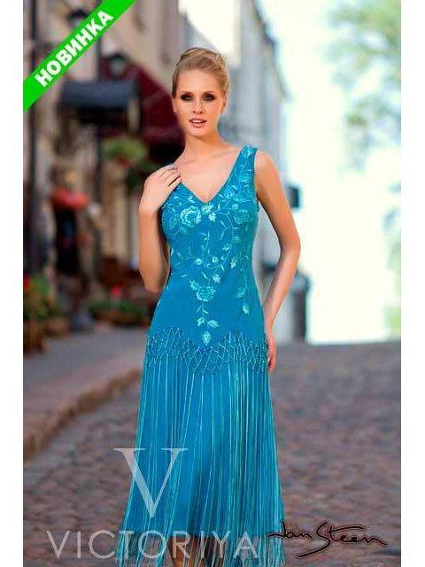 Голубое вечернее платье с соблазнительным лифом и отделкой из вышивки и бахромы.