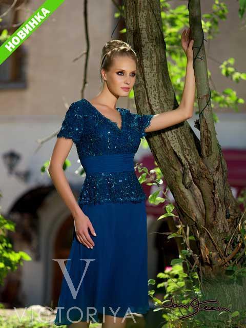 Короткое вечернее платье синего цвета с широким поясом на талии и короткими рукавами.