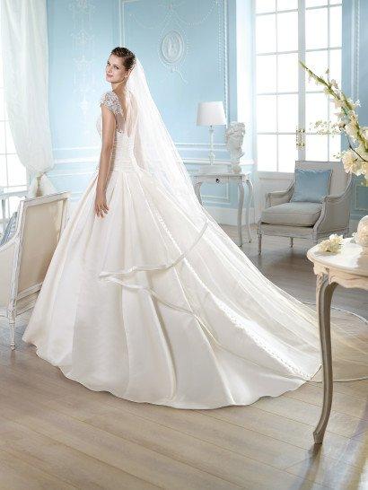 Атласное недорогое свадебное платье с рукавами.