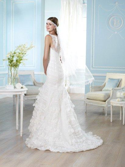 Свадебное платье «рыбка» с кружевными оборками по всей длине юбки со шлейфом.