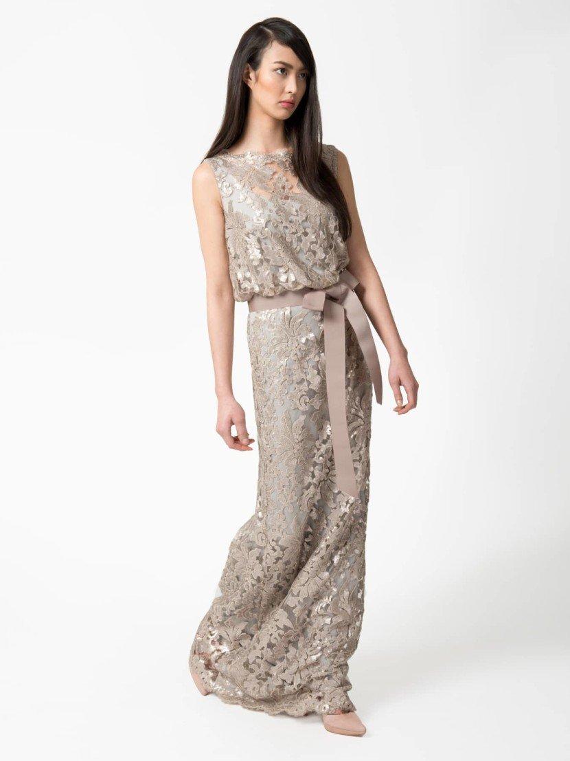 Блестящее вечернее платье с поясом.