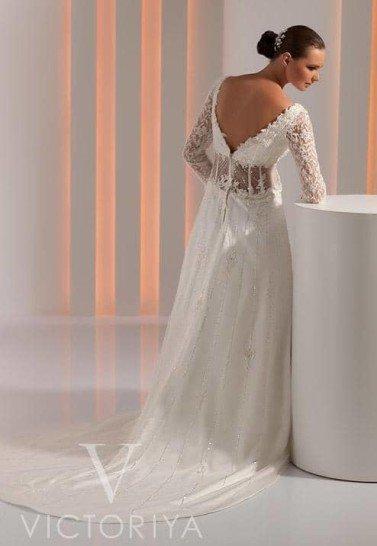 Полупрозрачное свадебное платье с подолом переменной длины.