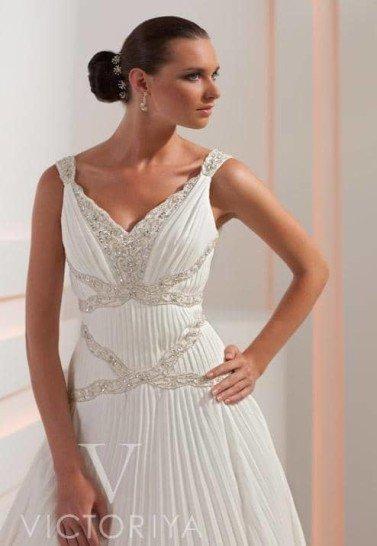 Недорогое свадебное платье с оригинальной обработкой ткани и декором.
