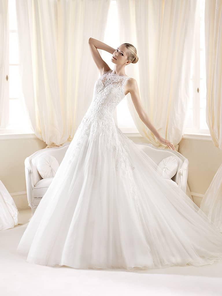 Красивое пышное свадебное платье А-силуэта со шлейфом и заниженной линией талии.