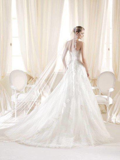 Открытое свадебное платье А-силуэта со шлейфом и прямым декольте.