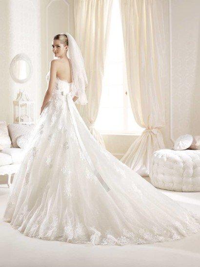 Красивое свадебное платье А-силуэта со шлейфом и кружевным декольте.
