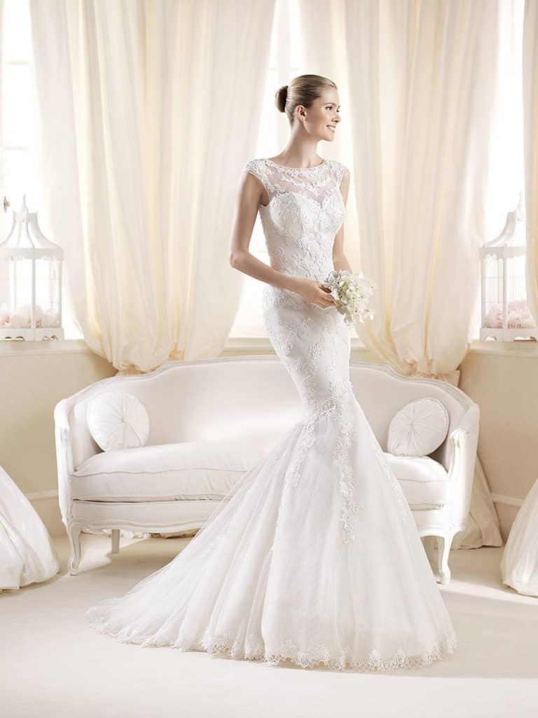 Красивое кружевное свадебное платье силуэта «русалка» со шлейфом.