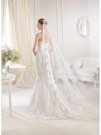 Открытое прямое свадебное платье со шлейфом с поясом.