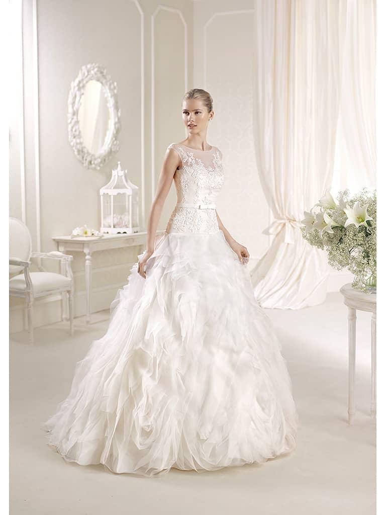 Недорогое свадебное платье с дизайнерской юбкой.
