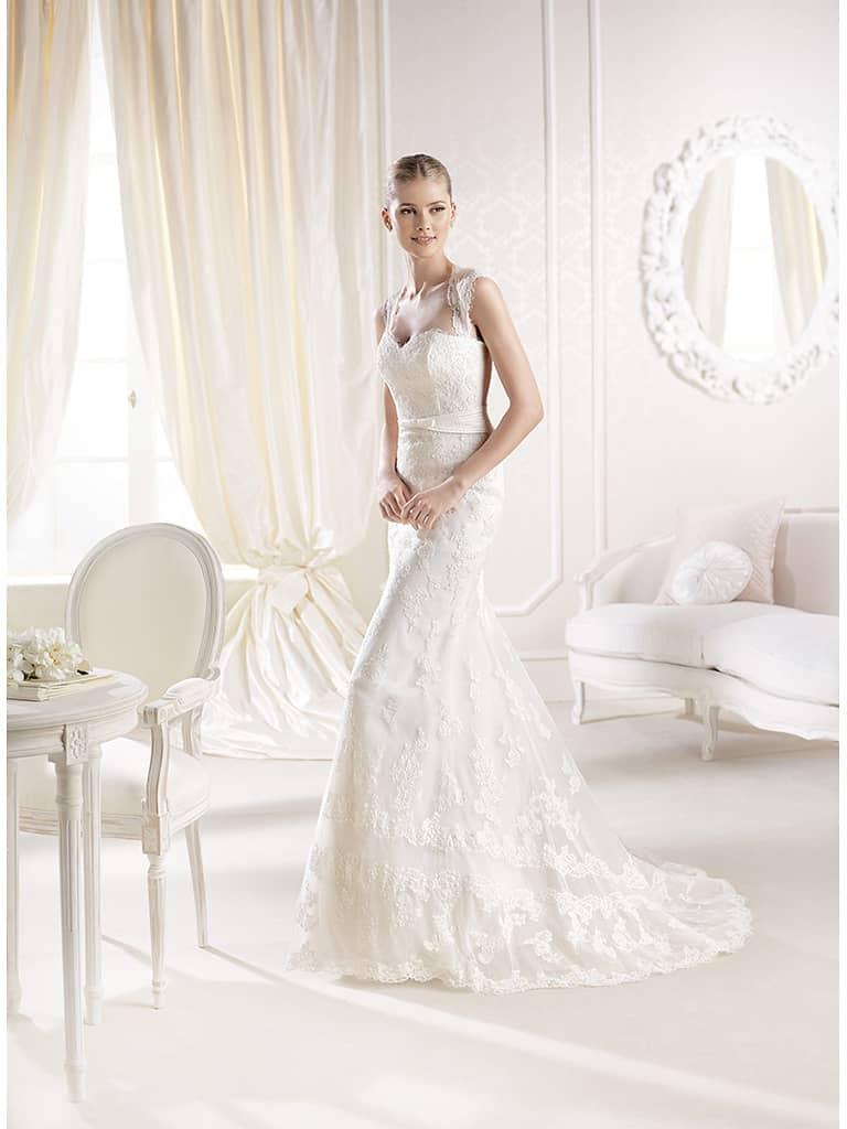 Свадебное узкое платье с кружевом.