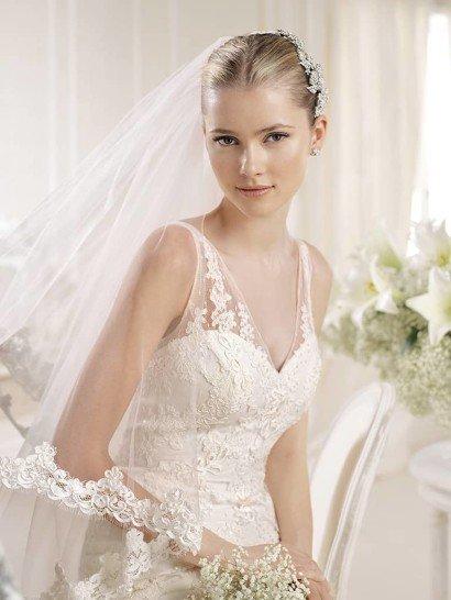 Кружевное свадебное платье силуэта «русалка» с аккуратным шлейфом.