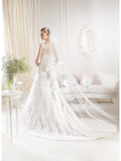 Кружевное свадебное платье  облегающего силуэта со шлейфом.