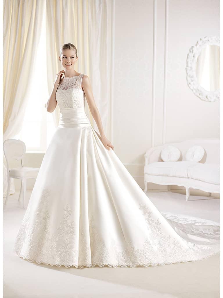 Белое свадебное платье А-силуэта с величественным шлейфом.