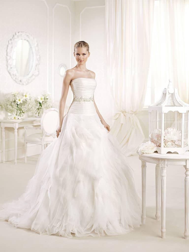 Открытое пышное свадебное платье с поясом А-силуэта со шлейфом.