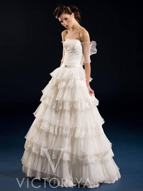 Недорогое свадебное платье впечатляет своим экстравагантным кроем.