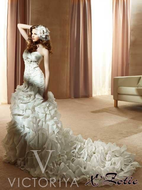 Потрясающее недорогое свадебное платье с силуэтом «русалка» и неожиданным кроем.