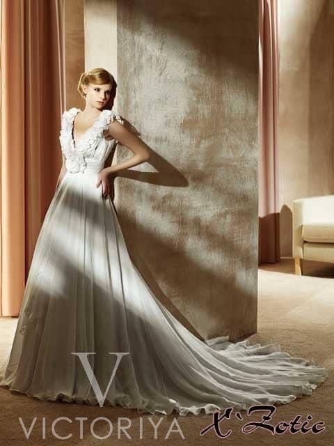 Недорогое свадебное платье со шлейфом.