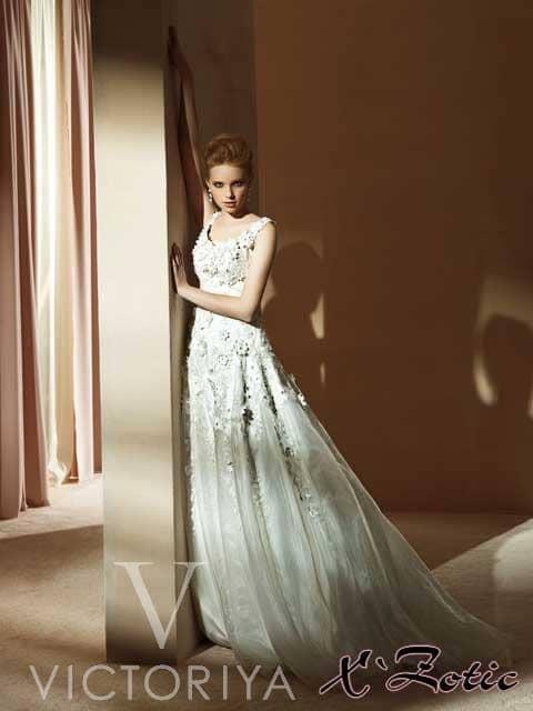 Недорогое свадебное платье со смелым объемным декором.