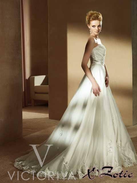 Недорогое открытое свадебное платье.