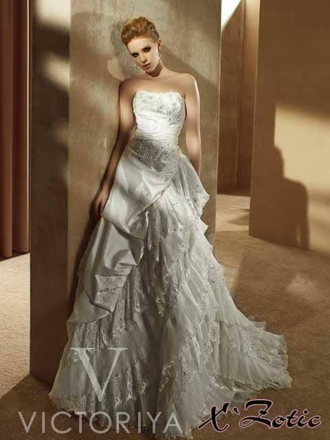 Выразительное недорогое свадебное платье с интересным кроем.