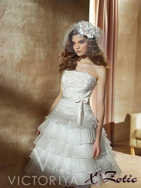 Недорогое свадебное платье с кокетливой длиной и пышной юбкой.