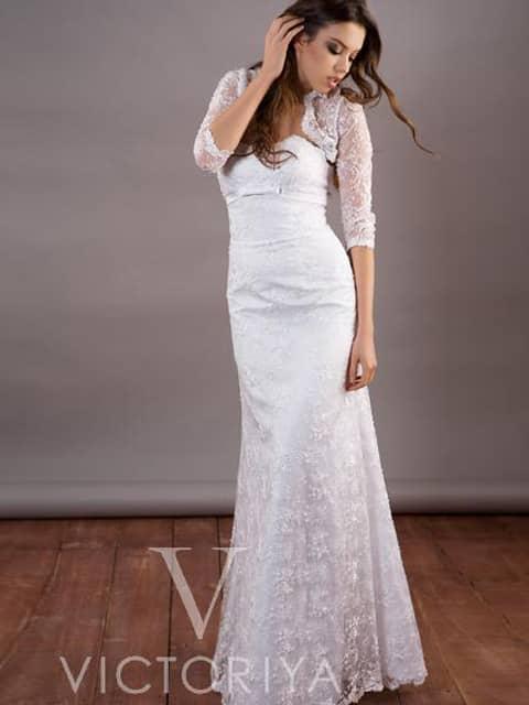 Недорогое свадебное платье дополняется красивым болеро.