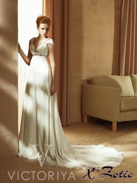 Недорогое свадебное платье выполнено в стиле «ампир».