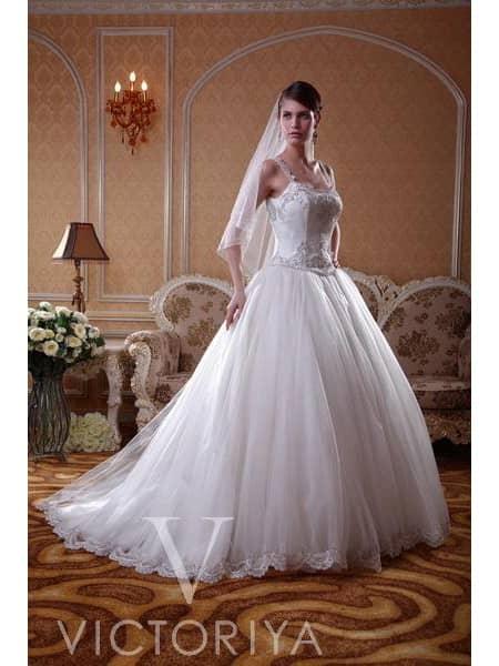 Недорогое свадебное платье своим выразительным силуэтом со шлейфом.