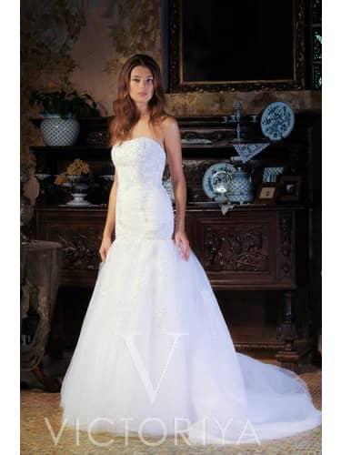 Недорогое свадебное платье с открытым декольте и облегающим силуэтом «русалка».