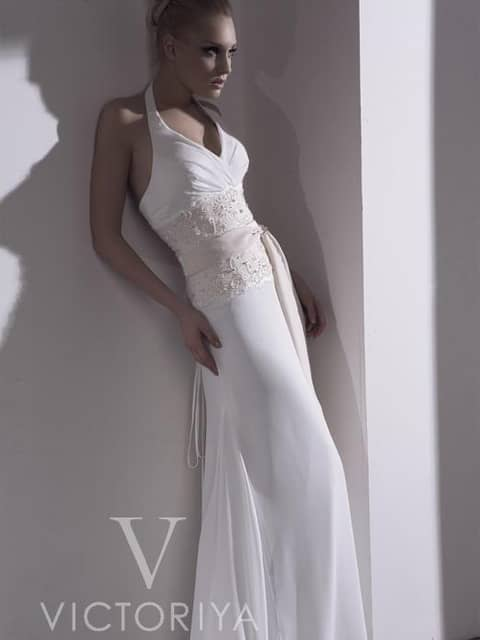 Стильное недорогое свадебное платье превосходно очерчивает фигуру.