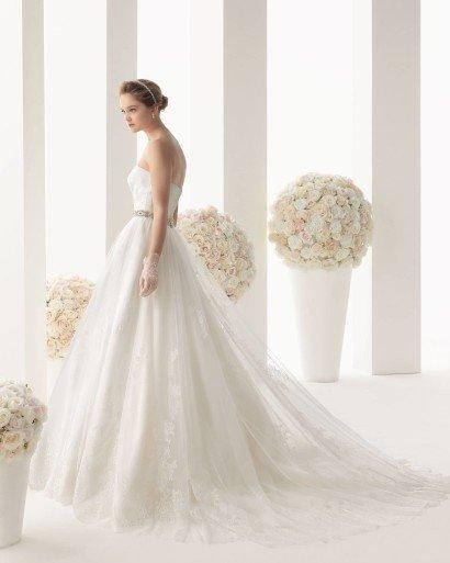 Открытое свадебное платье с поясом.