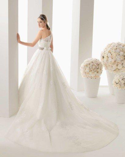 Пышное свадебное платье с нежной кружевной отделкой и асимметричной бретелькой.