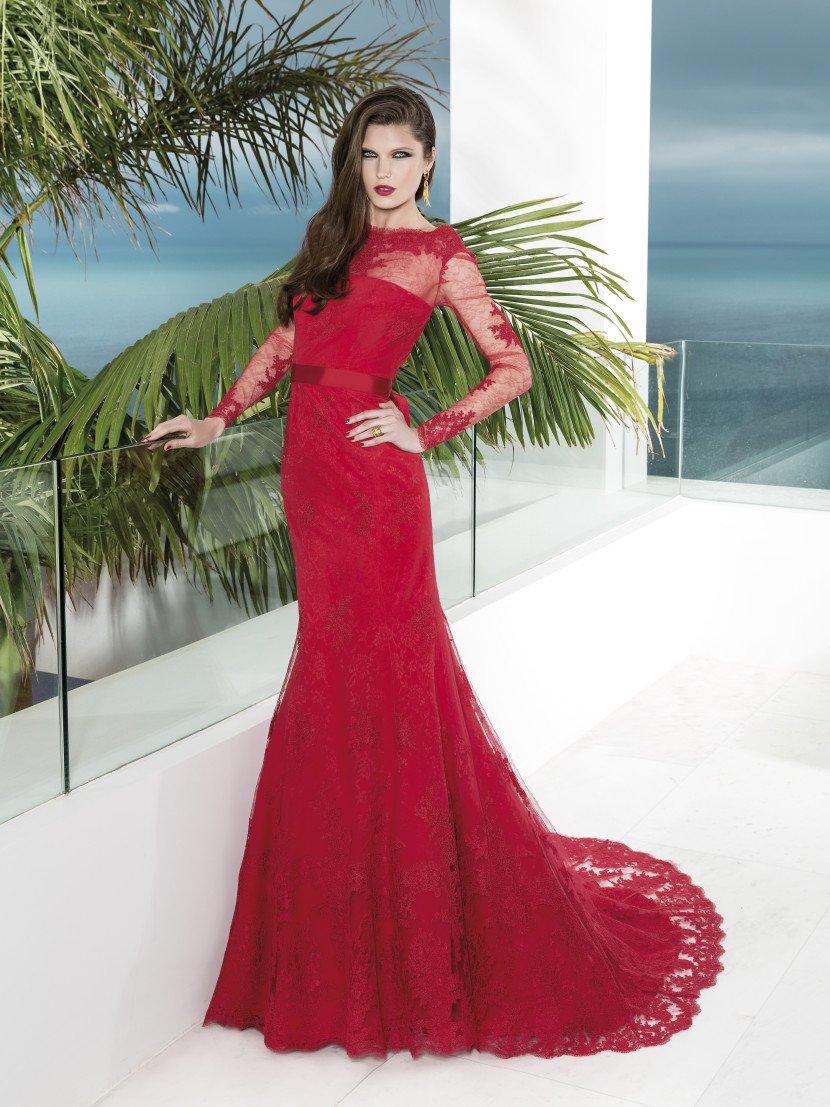 Вечернее платье насыщенного алого цвета с силуэтом «русалка».