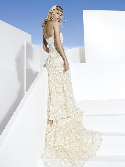 Облегающее свадебное платье с бретелью халтер и декором из кружева ручной работы.