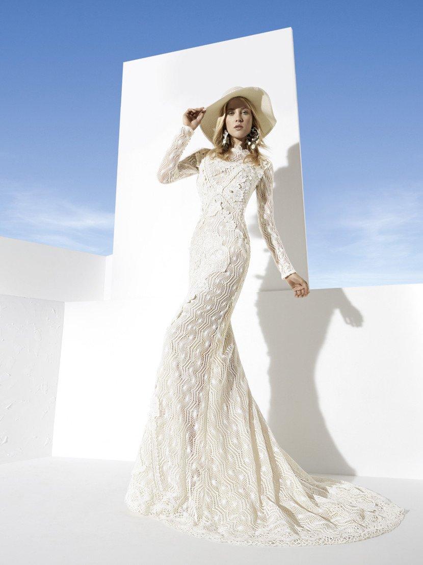 Уникальное свадебное платье из фактурной ткани с высоким воротником и длинным рукавом.
