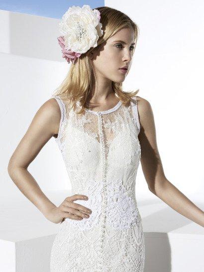 Роскошное свадебное платье облегающего кроя, покрытое кружевными аппликациями.