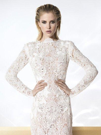 Кружевное свадебное платье в богемном стиле, облегающее фигуру прямым кроем.