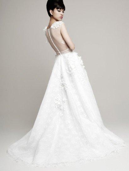 Пышное свадебное платье в изысканном стиле, с фактурным закрытым лифом.