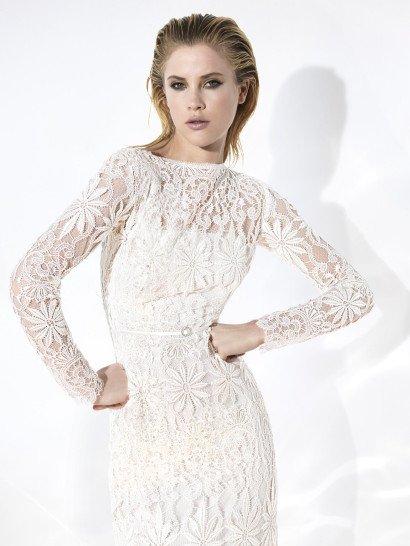 Богемное свадебное платье прямого кроя.