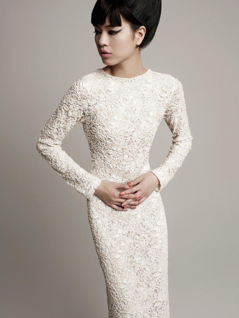 Свадебное платье «футляр» с кружевным декором и длинными облегающими рукавами.