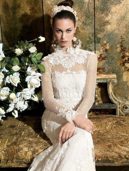 Эксцентричное свадебное платье с прямым силуэтом и декором из крупных кружев.