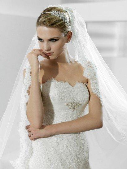 Открытое кружевное свадебное платье с брошью.