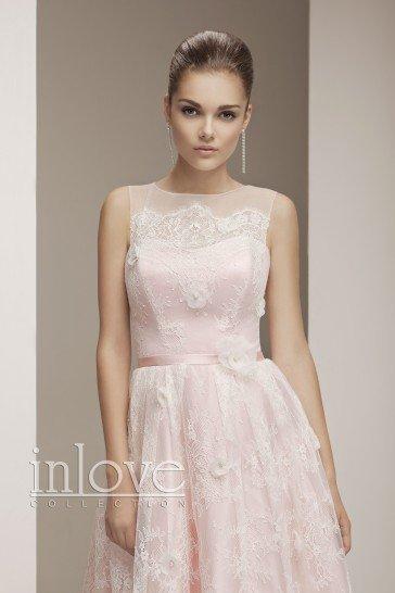 Короткое вечернее платье без рукавов.