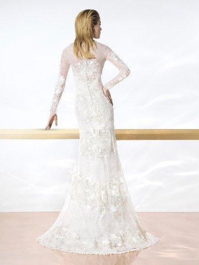 Фактурное свадебное платье облегающего кроя, с закрытым лифом и длинным рукавом.