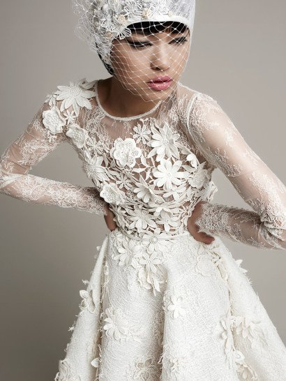 Дизайнерское короткое свадебное платье с рукавом.