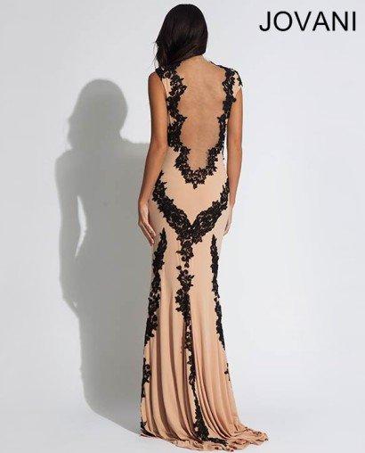 Эффектное вечернее платье силуэта «русалка» со шлейфом.