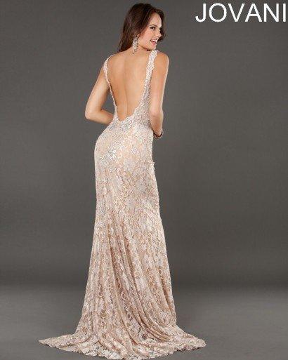 Изящное вечернее платье прямого силуэта со шлейфом.