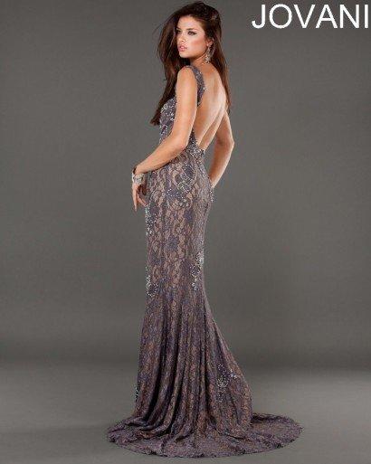 Интересное вечернее платье прямого силуэта со шлейфом.